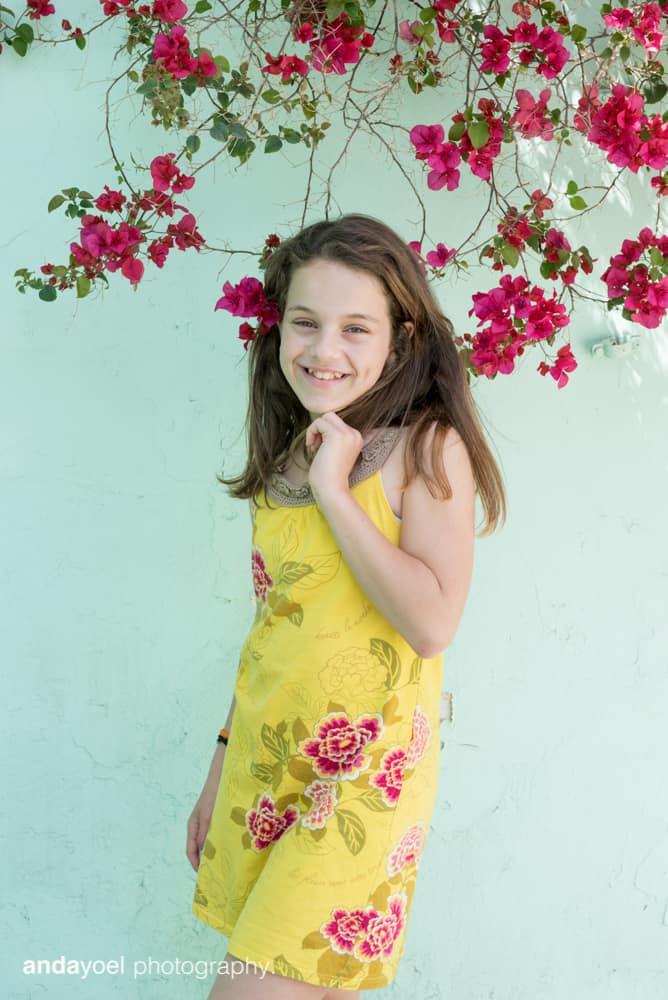 ילדת בת מצווה על רקע פרחים סגולים בתל אביב - אנדה יואל
