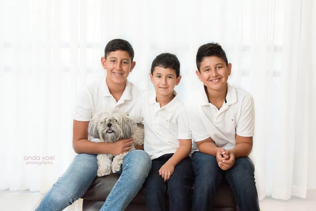 צילומי משפחה בבית - הבנים עם עם הכלב - אנדה יואל