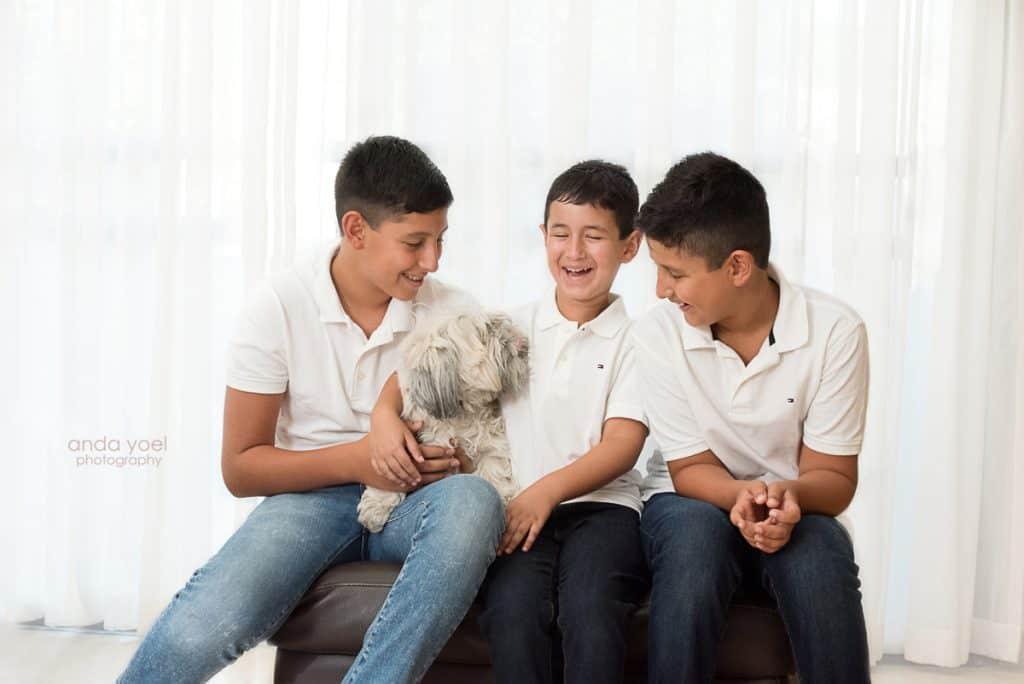 צילומי הריון משפחה בבית - הבנים עם עם הכלב - אנדה יואל