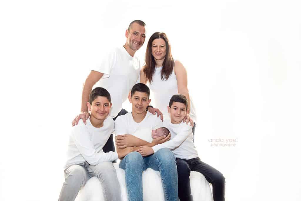 צילומי ניובורן ומשפחה בבית - כל המשפחה עם התינוקת החדשה - אנדה יואל