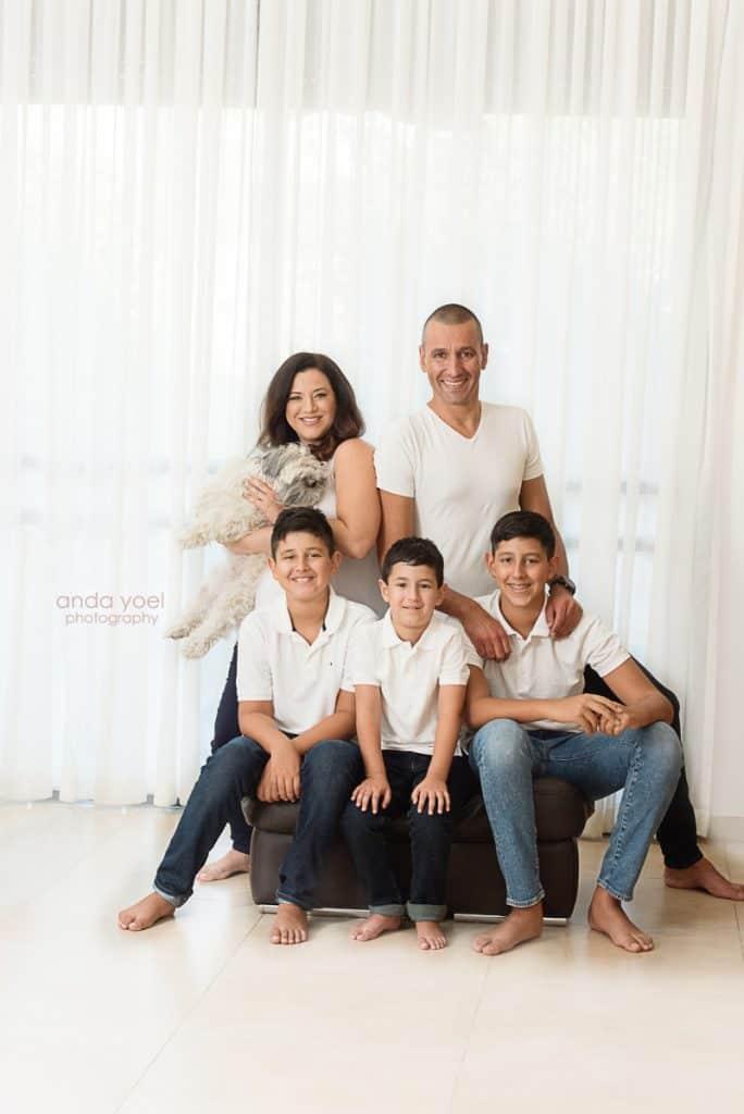 צילומי הריון ומשפחה בבית - כל המשפחה בחולצה לבנה עם הכלב - אנדה יואל