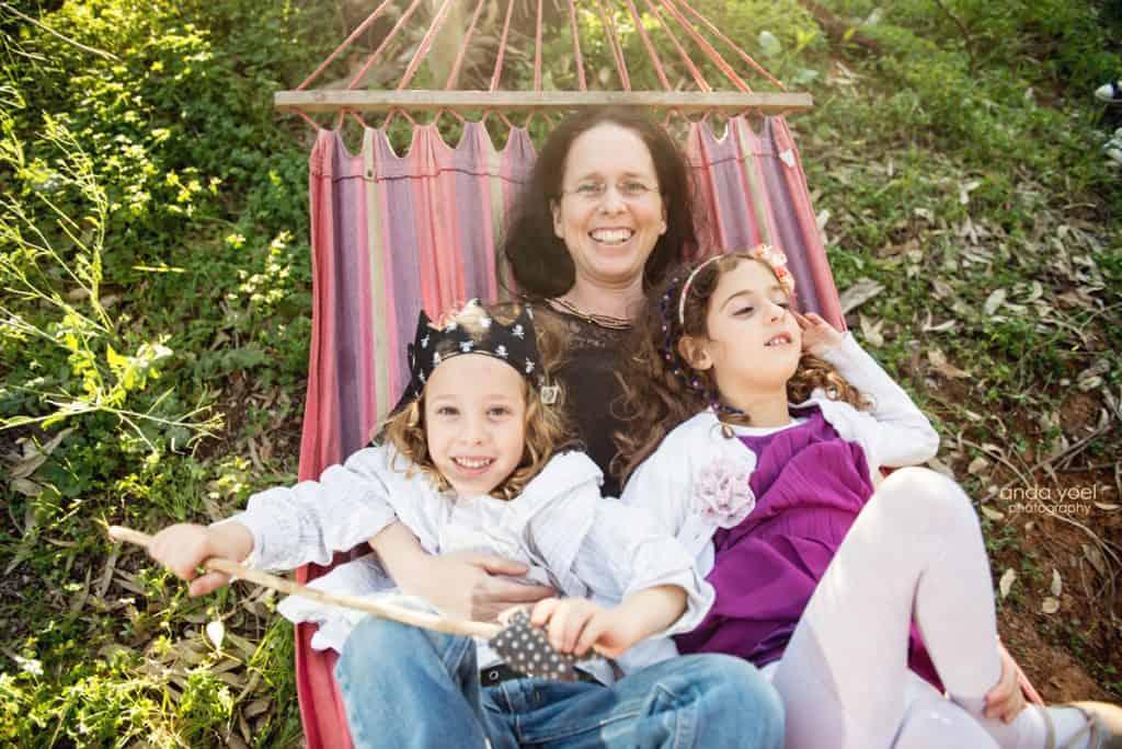 צילומי משפחה בטבע - אמא והתאומים בן ובת נהנים על ערסל צבעוני - אנדה יואל