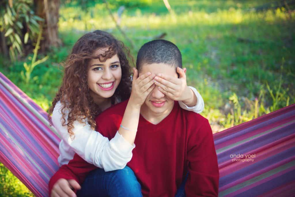 צילומי משפחה בטבע - אח ואחות על ערסל צבעוני - אנדה יואל