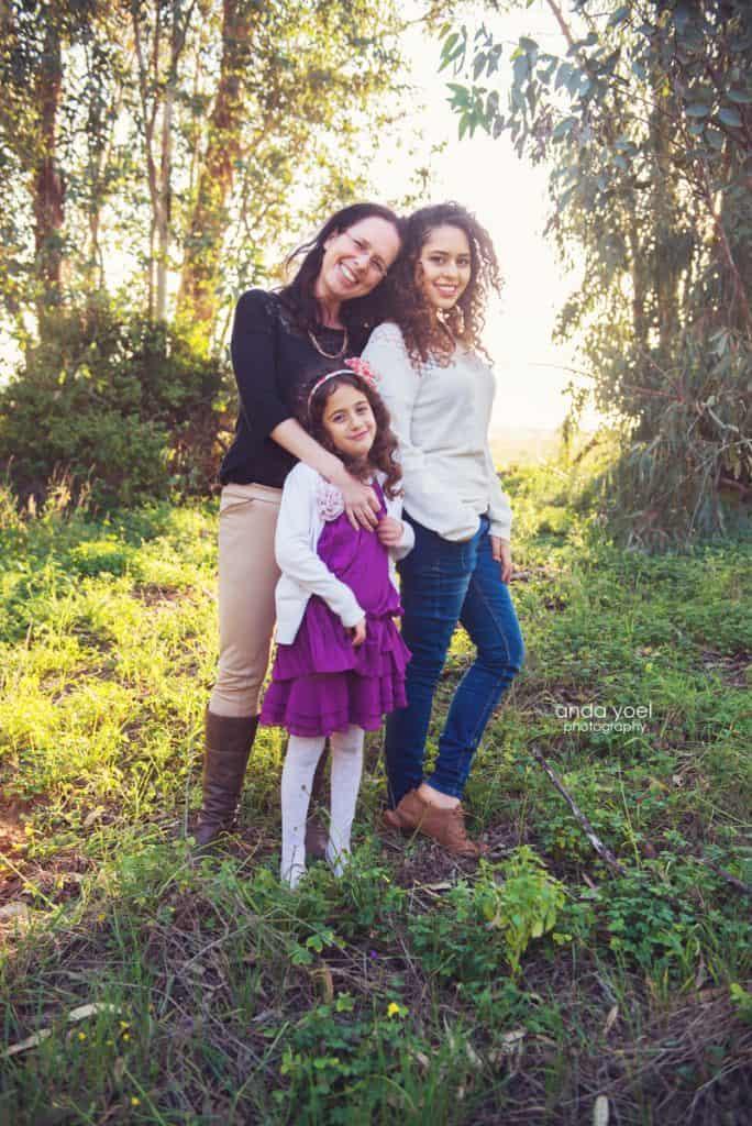 צילומי משפחה בטבע - אמא ובנותיה ביער - אנדה יואל