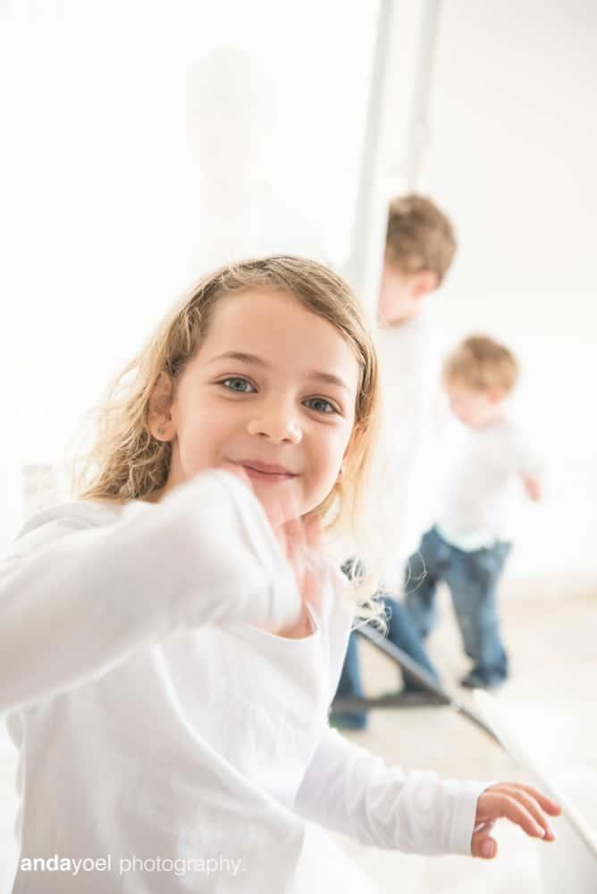 צילומי ניובורן ומשפחה לייפסטייל בבית - ילדה עם האחים - אנדה יואל