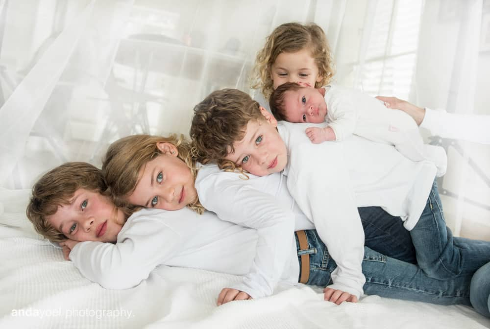 צילומי ניובורן ומשפחה לייפסטייל בבית - ערימת ילדים - אנדה יואל