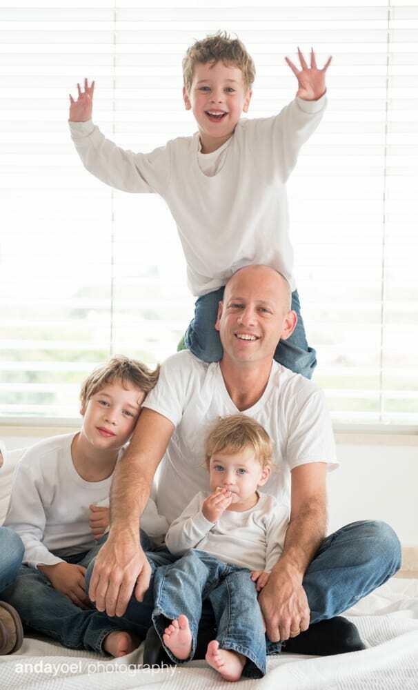 צילומי ניובורן ומשפחה לייפסטייל בבית - אבא והבנים - אנדה יואל