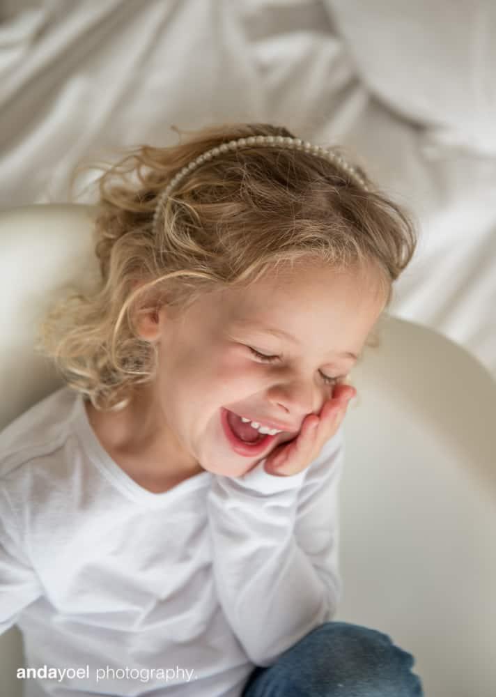 צילומי ניובורן ומשפחה לייפסטייל בבית - ילדה צוחקת - אנדה יואל