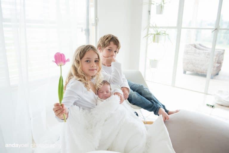 צילומי ניובורן ומשפחה לייפסטייל בבית - אח ואחות עם התינוקת - אנדה יואל