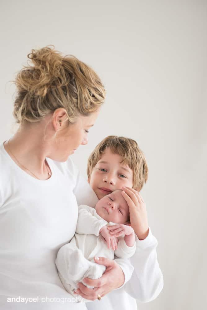 צילומי ניובורן ומשפחה לייפסטייל בבית - אמא עם הילד הגדול והתינוקת - אנדה יואל