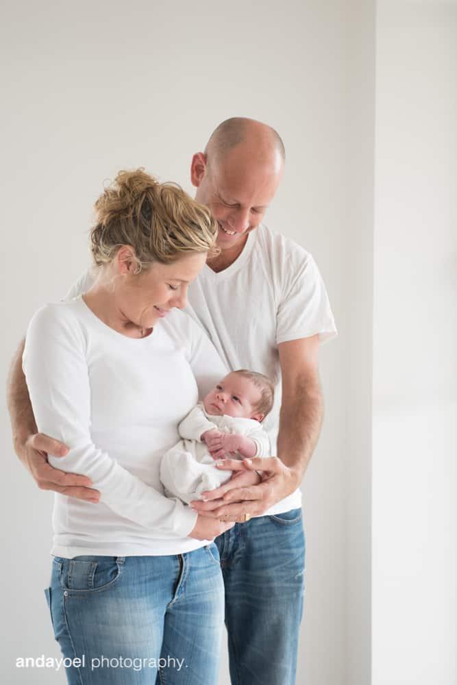 צילומי ניובורן ומשפחה לייפסטייל בבית - ההורים עם התינוקת - אנדה יואל
