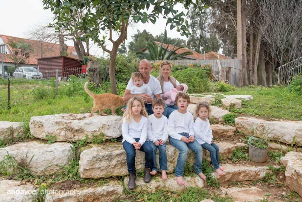 צילומי ניובורן ומשפחה לייפסטייל בבית - ההורים עם הילדים בגינה - אנדה יואל