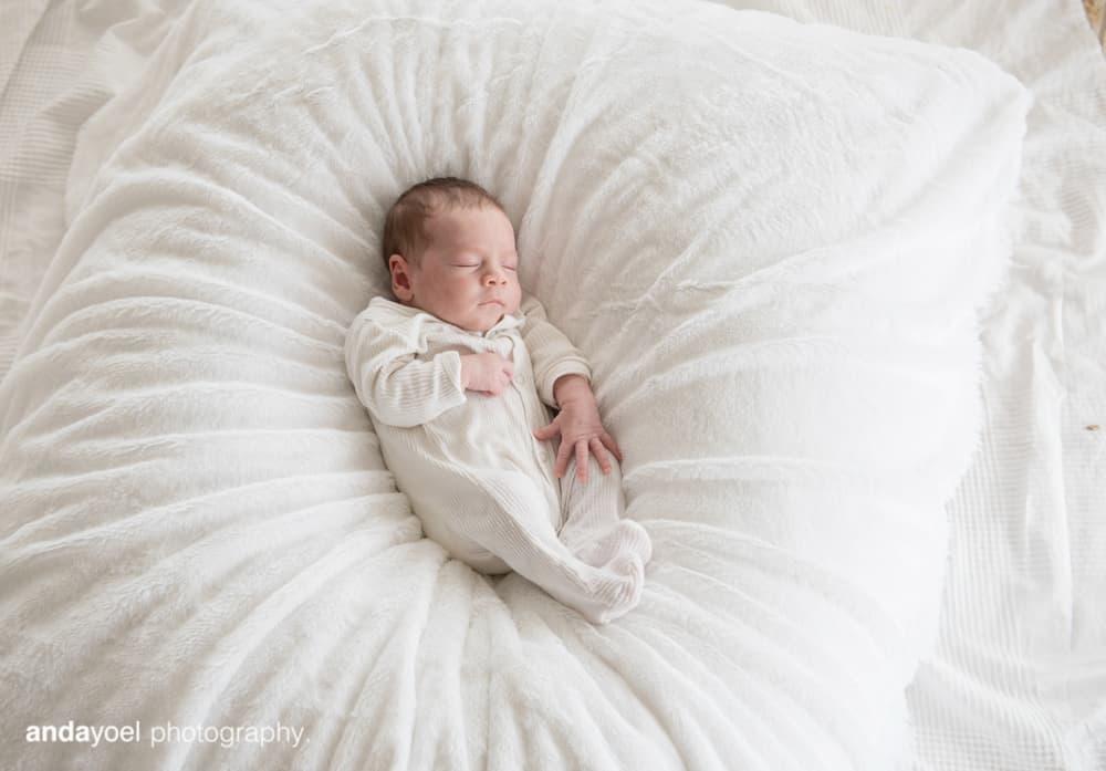 צילומי ניובורן ומשפחה לייפסטייל בבית - התינוקת - אנדה יואל