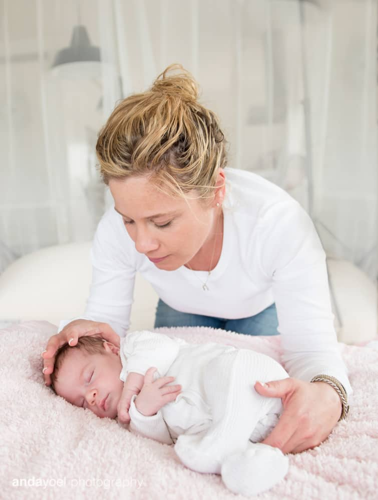צילומי ניובורן ומשפחה לייפסטייל בבית - האמא עם התינוקת - אנדה יואל