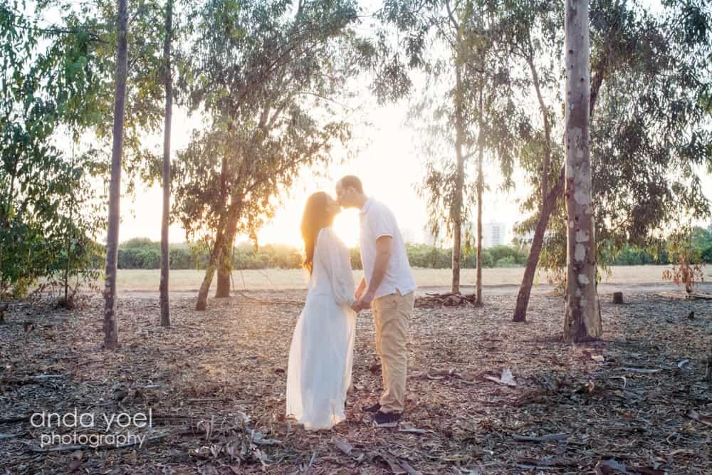 פרננדה בצילומי הריון בטבע - נשיקה זוגית על רקע השקיעה - אנדה יואל