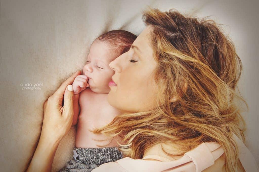 אמא ותינוק ניובורן נושמים נשימה עמוקה - אנדה יואל