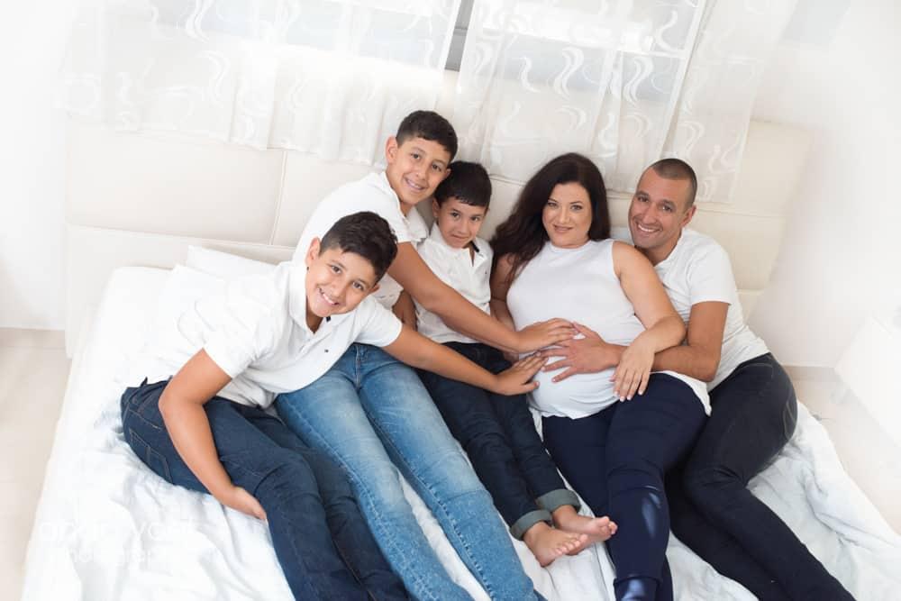 צילום הריון ומשפחה בבית - צילום הריון בחולצה לבנה על המיטה עם הילדים - אנדה יואל