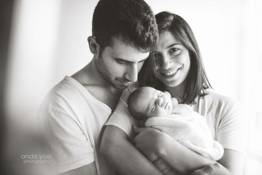 Newborn baby girl in with parents in white set (black&white) - newborn photographer in Tel Aviv- Anda Yoel