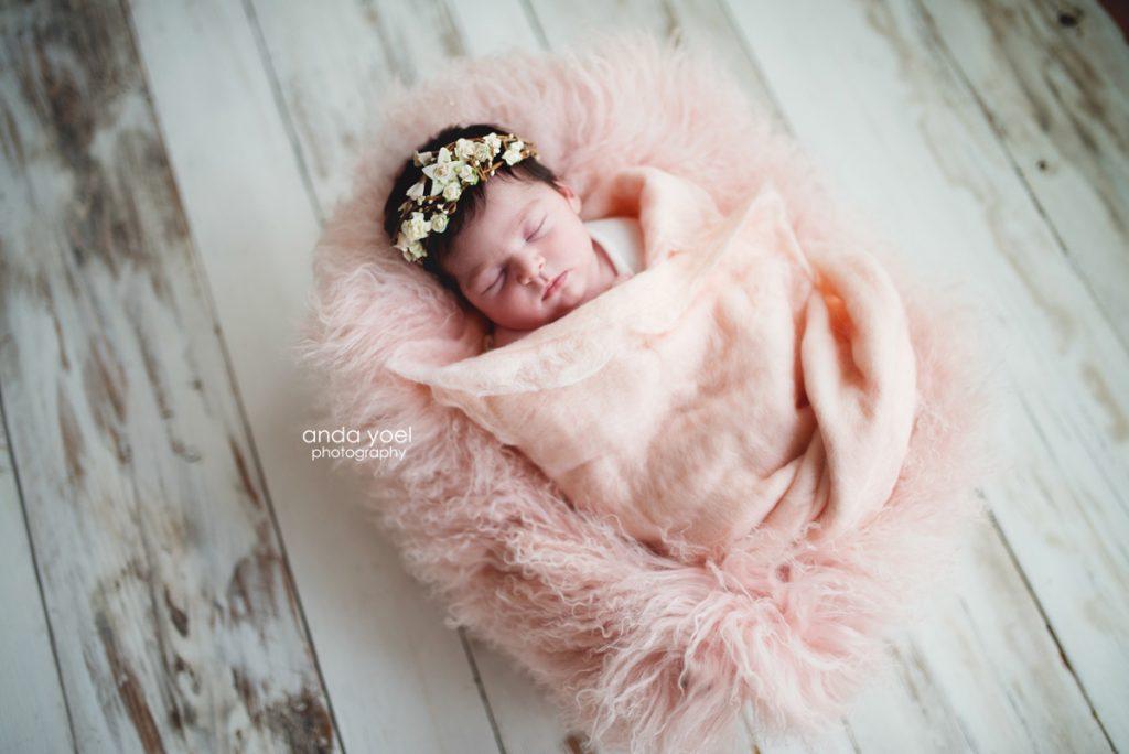 תינוקת ניובורן בעיטוף אפרסק וכתר לבן על ראשה - צילומי ניובורן בבית, אנדה יואל