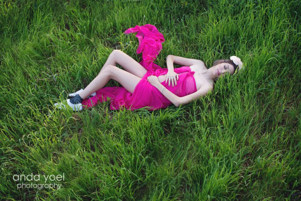 צילומי הריון בטבע בשדה ירוק - אנדה יואל