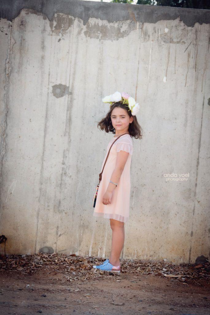 צילומי ילדים ומשפחה בטבע - משפחת שדה - ילדה על רקע קיר אבן אפור - אנדה יואל