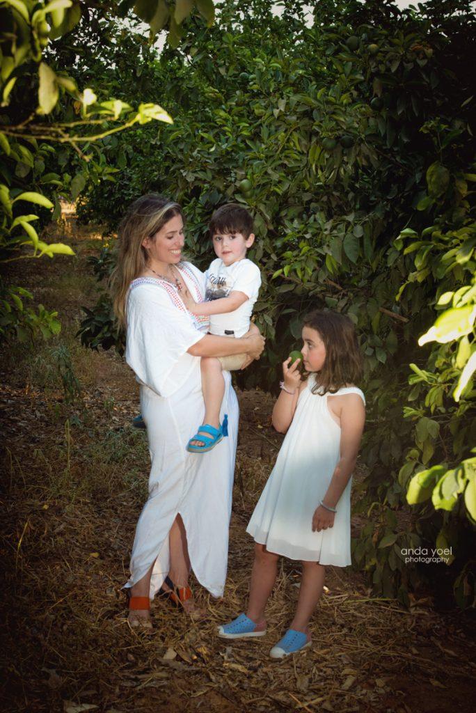 צילומי ילדים ומשפחה בטבע - משפחת שדה - אמא וילדיה בתוך פרדס - אנדה יואל