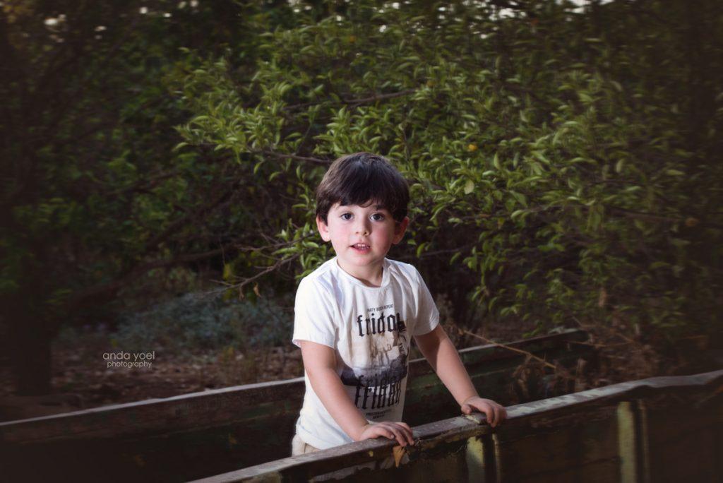 צילומי ילדים ומשפחה בטבע - משפחת שדה - ילד בתוך טרקטור - אנדה יואל