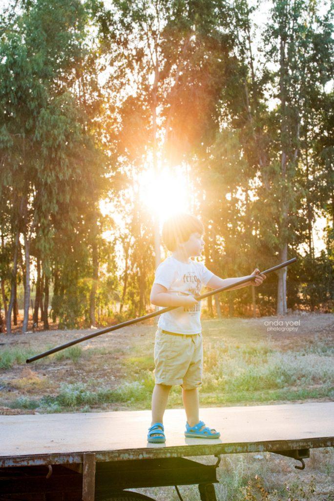 צילומי ילדים ומשפחה בטבע - משפחת שדה - ילד חותר במשוט דימיוני - אנדה יואל