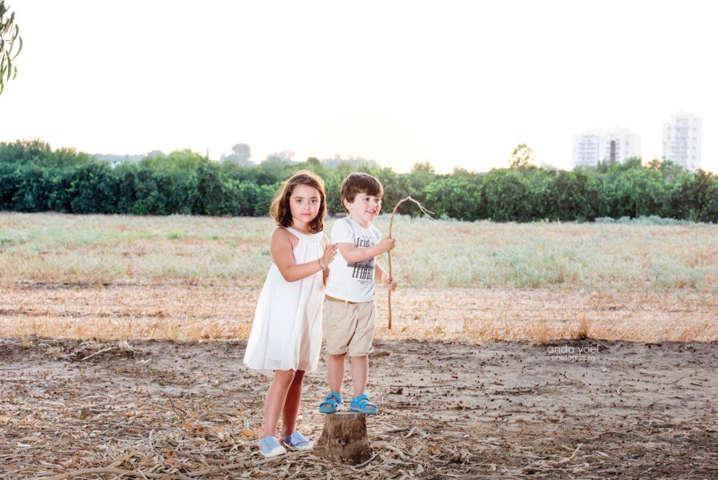 צילומי ילדים ומשפחה בטבע - משפחת שדה- אחות מחבקת את אח שלה בשדה - אנדה יואל