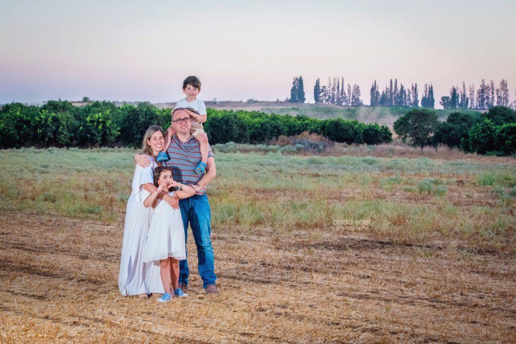 צילומי ילדים ומשפחה בטבע - משפחת שדה- משפחה מחובקת בשדה - אנדה יואל