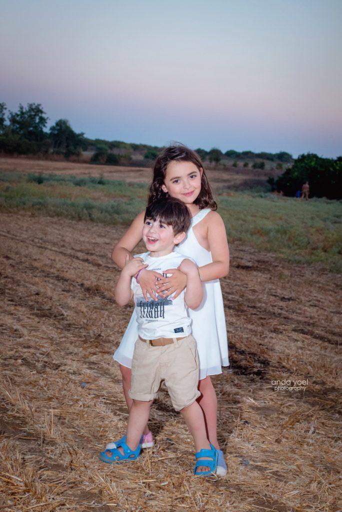 צילומי ילדים ומשפחה בטבע - משפחת שדה- אחים מחובקים בשדה - אנדה יואל