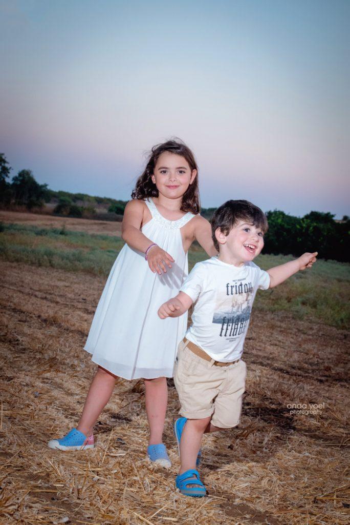 צילומי ילדים ומשפחה בטבע - משפחת שדה- אחים משחקים בשדה - אנדה יואל