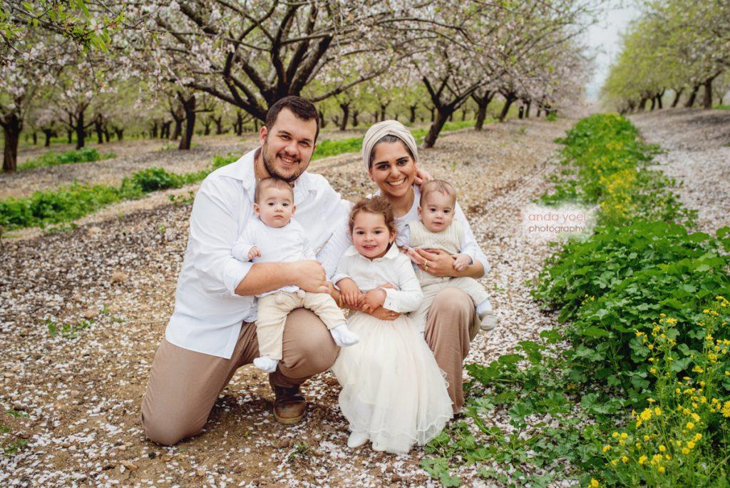 צילומי ילדים ומשפחה בטבע - ההורים עם הילדה הגדולה והתאומים - אנדה יואל