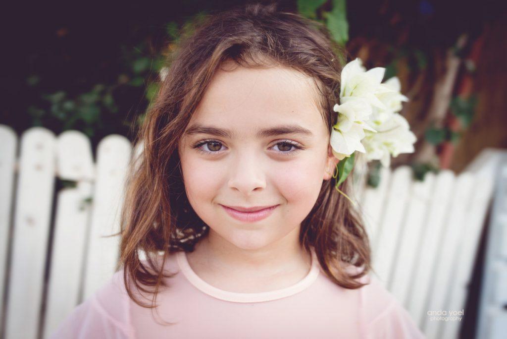 צילומי ילדים ומשפחה בטבע - משפחת שדה- ילדה מחייכת - אנדה יואל