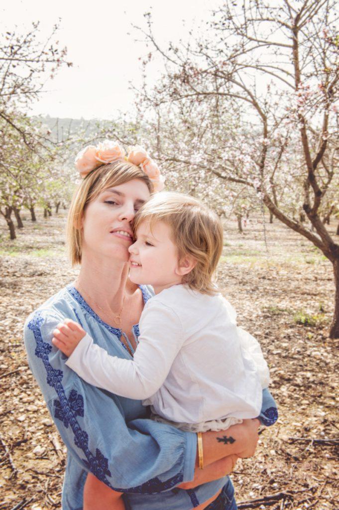 צילומי משפחה בטבע בפריחת שקדיות - אנדה יואל