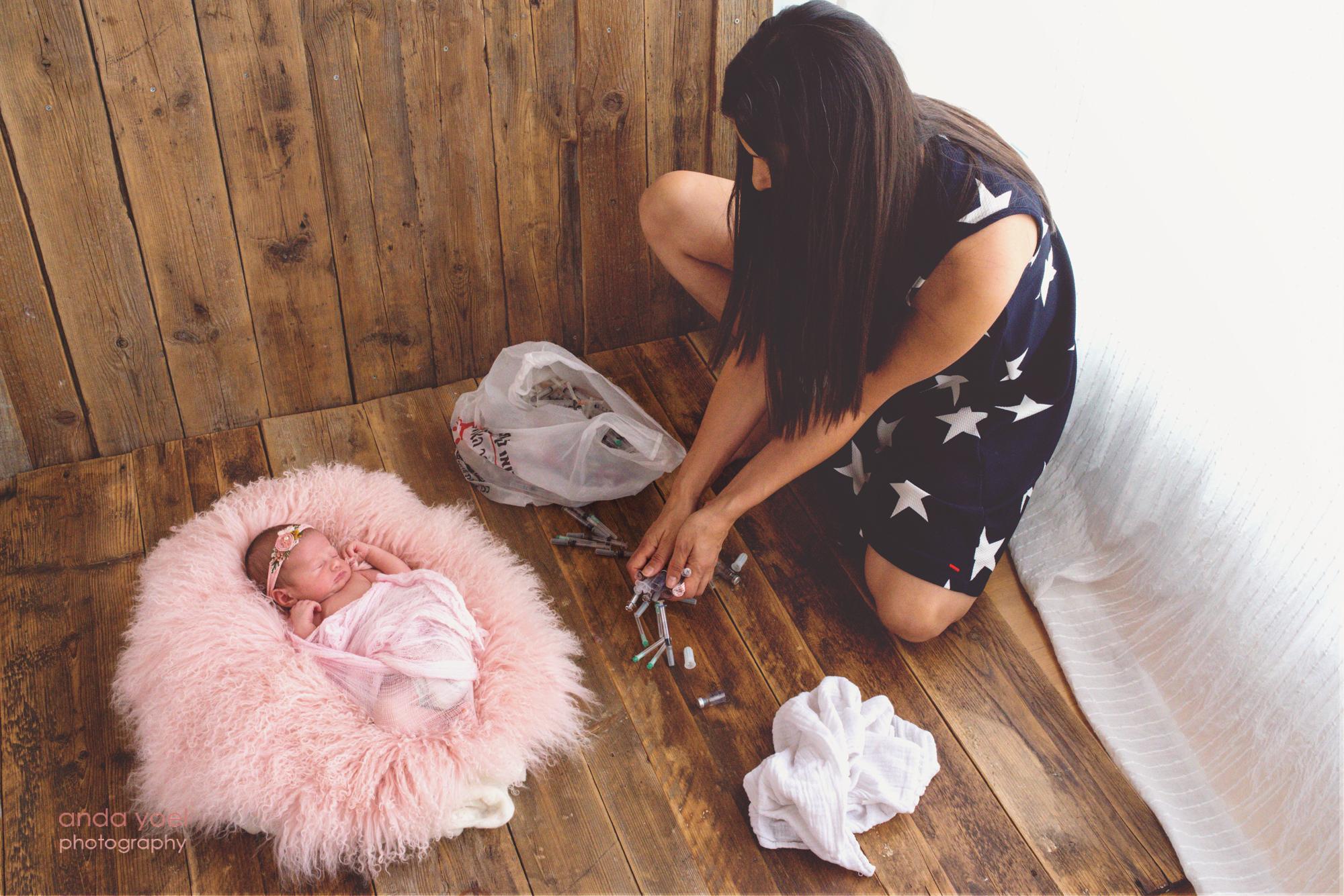 אמא שילדה לאחר טיפולי פוריות מסדרת את מזרקי הטיפולים בצורת לב - צילום אנדה יואל