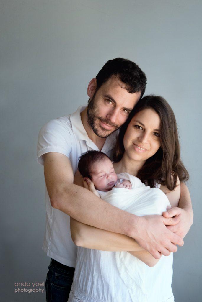 ניו בורן מחובקת בידיים של הוריה - צילומי ניו בורן אנדה יואל