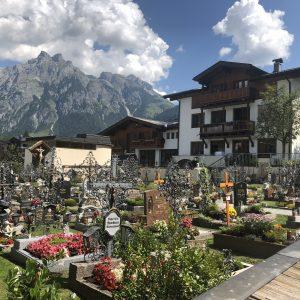 בית הקברות בעיירה