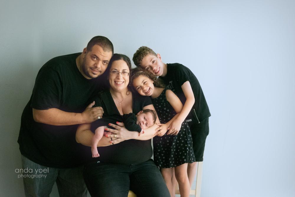 צילומי ניובורן בסגנון טבעי כל המשפחה עם האח התינוק - אנדה יואל