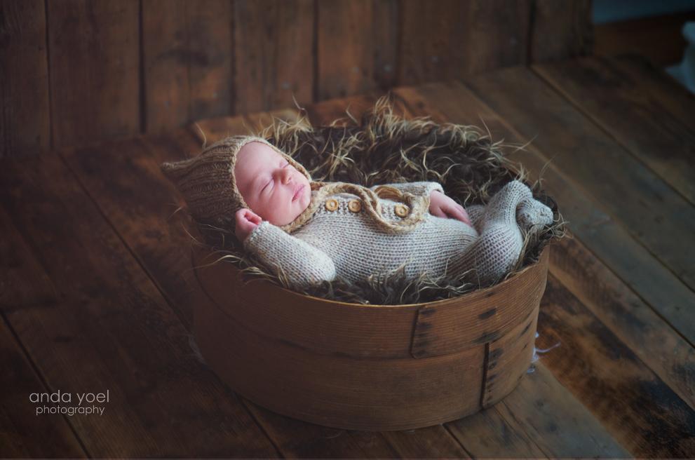צילומי ניובורן בסגנון טבעי תינוק בסלסלה עגולה - הסט החום - אנדה יואל
