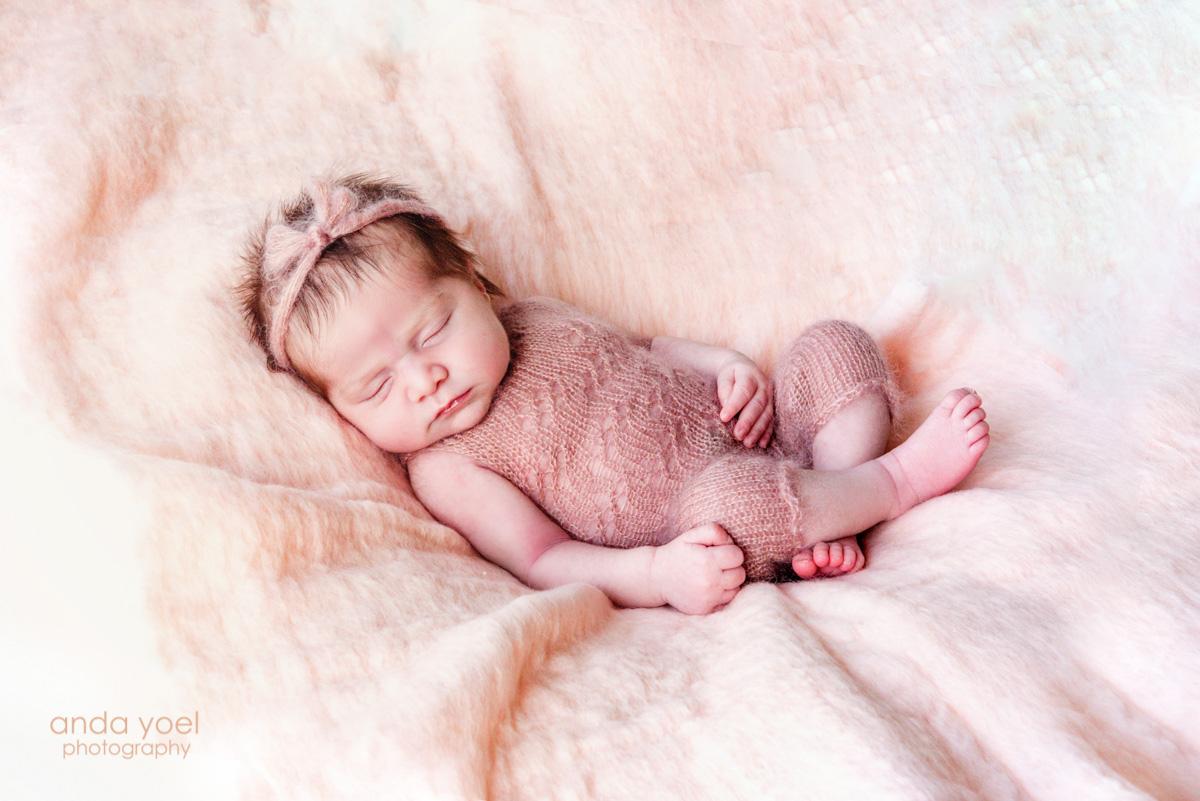 תינוקת ניו בורן בחליפה ורודה - אנדה יואל