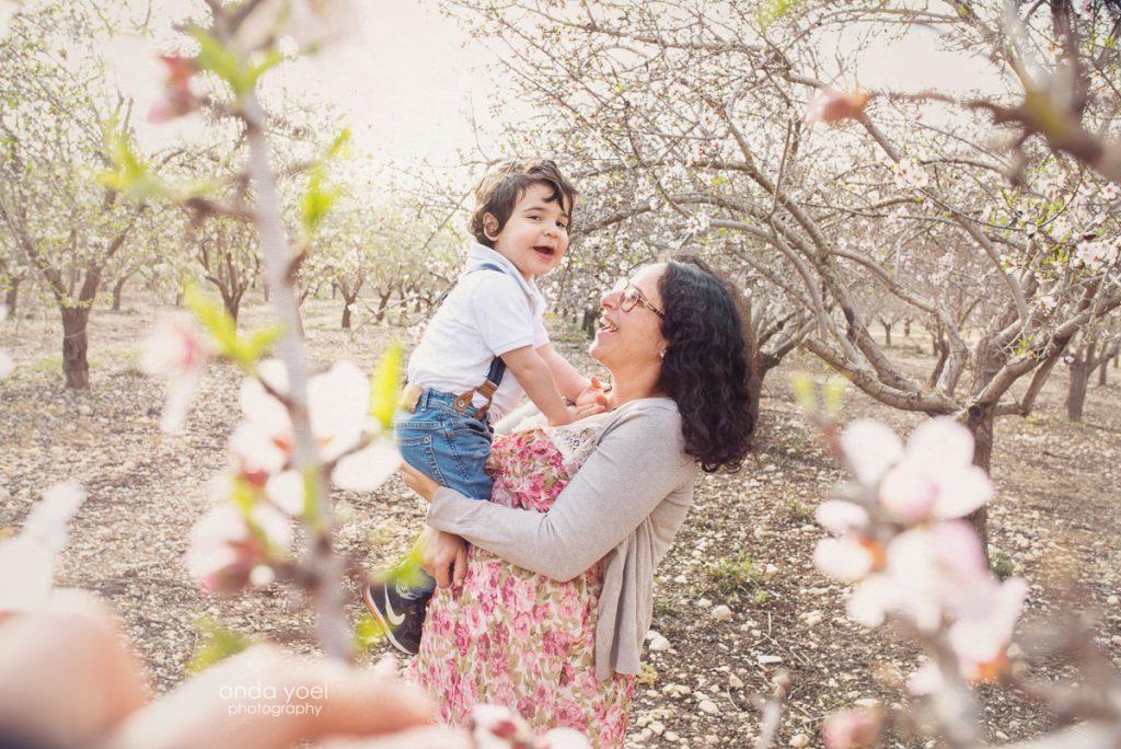 צילומי הריון משפחה במטע שקדיות - אנדה יואל