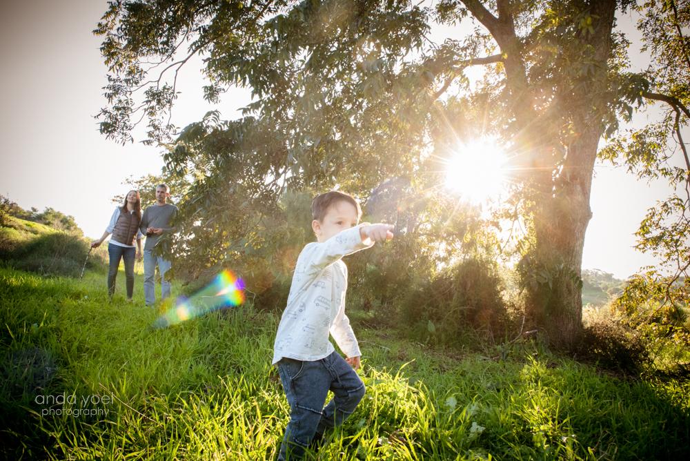 ילד מוביל ומצביע על כיוון - צילום ילדים ומשפחה בטבע - אנדה יואל