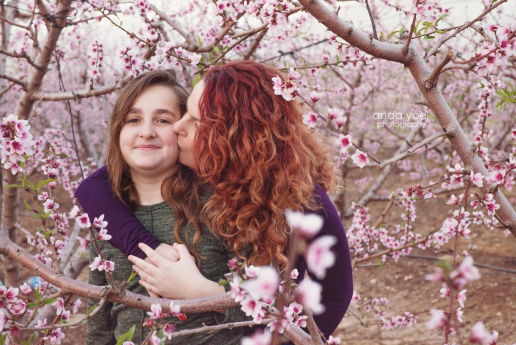 צילומי ילדים ומשפחה בטבע בפריחת השקדיות - אנדה יואל