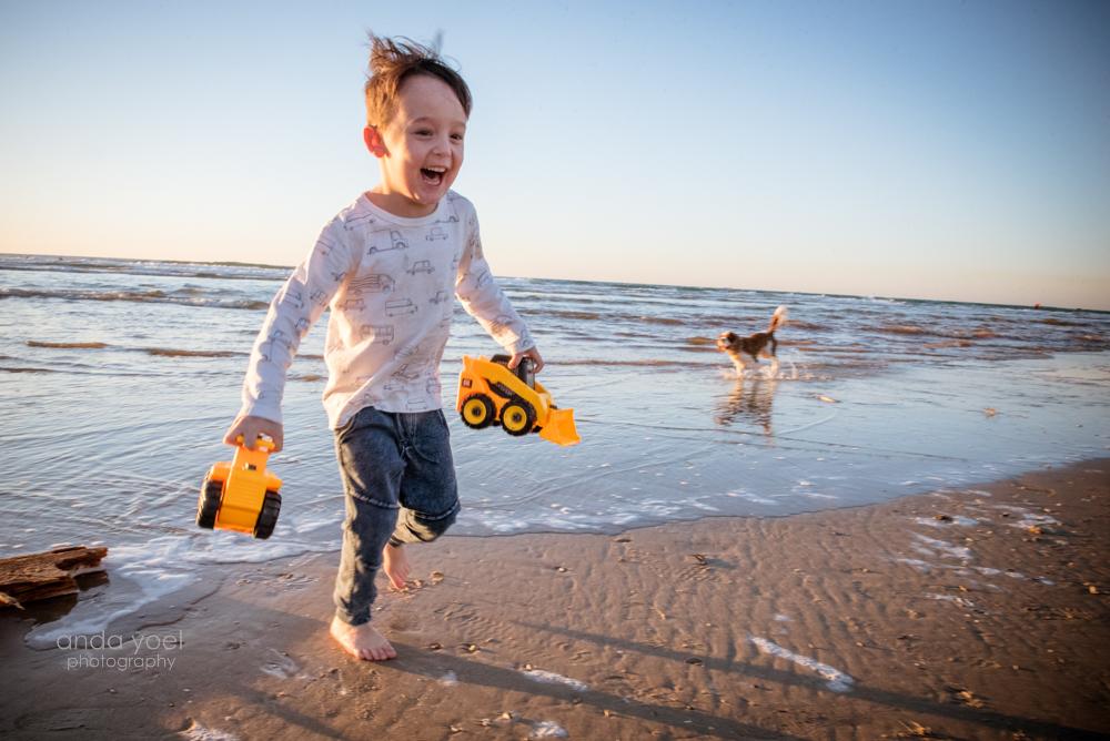 ילד רץ ומחייך על שפת הים - אנדה יואל