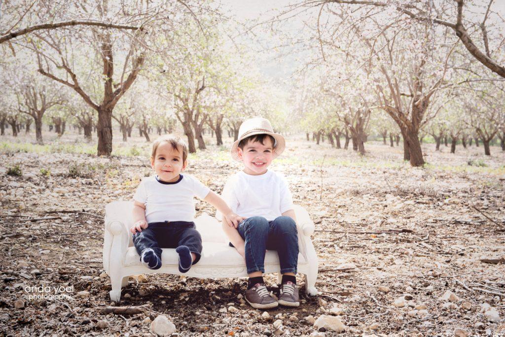 צילומי ילדים ומשפחה במטע שקדיות - אנדה יואל