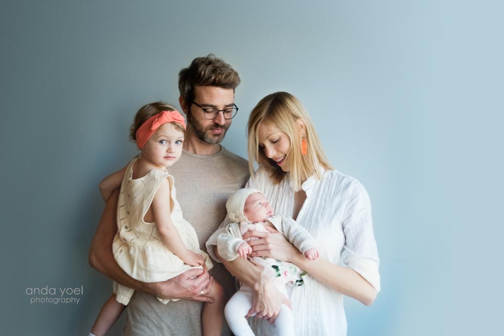 צילומי ניו בורן ומשפחה עם תינוקת וילדה - אנדה יואל