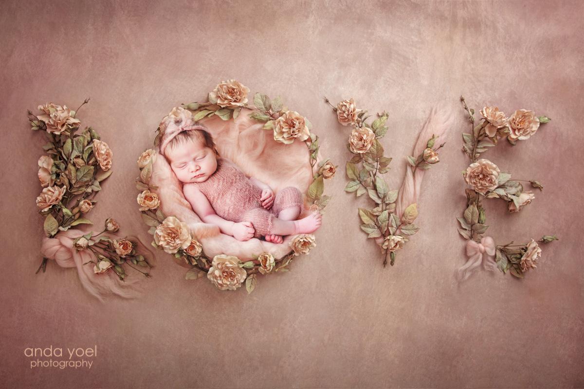 """צילומי ניו בורן """"מורכבים"""" תינוקת בתוך המילה LOVE על רקע אפרסק - אנדה יואל"""