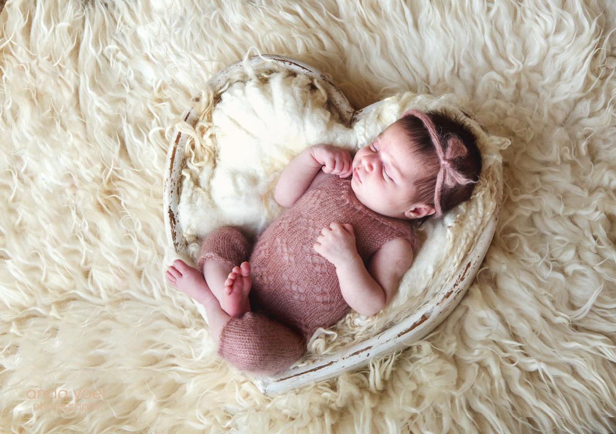 צילומי ניובורן תינוקת בסלסלת לב לבנה - אנדה יואל