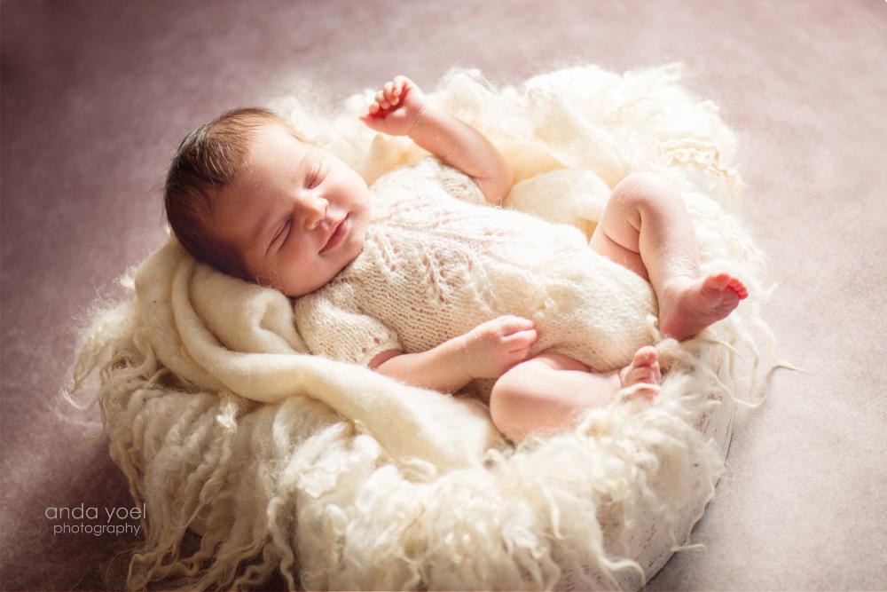 צילומי ניו בורן תינוקת מחייכת בשנתה - אנדה יואל